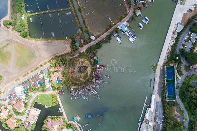 由游艇、汽艇和风船的寄生虫的大角度看法 库存图片