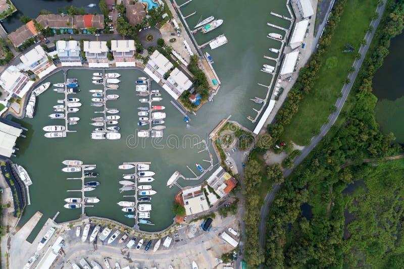 由游艇、汽艇和风船的寄生虫的大角度看法 免版税库存图片
