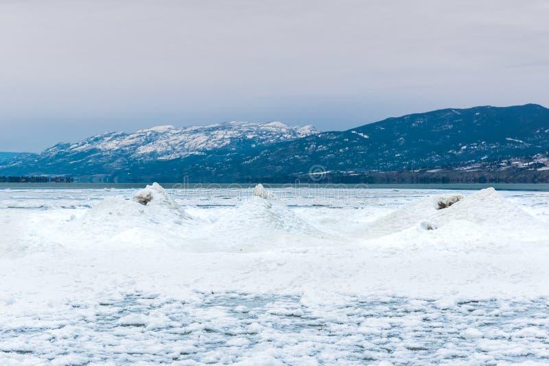 由湖岸的冰火山罕见的冰层在冬天 库存图片