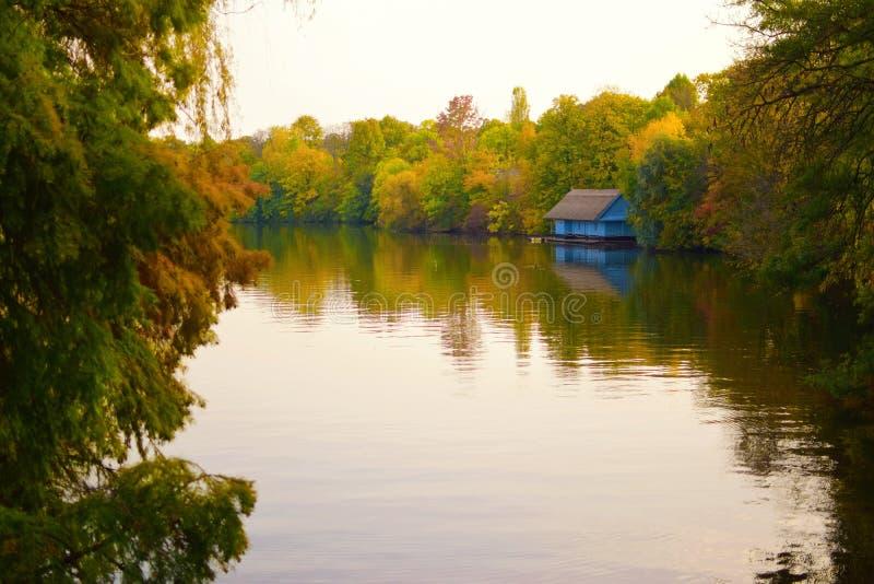由湖岸的蓝色房子 库存照片