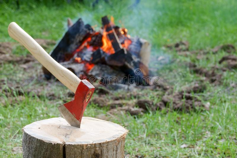 由湖的一个被射击的壁炉 被烧的木头和灰在抽烟的火的一个地方 免版税库存照片