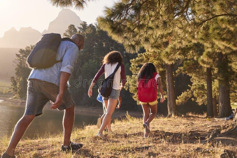 由湖的儿童步行有远足冒险的家庭的父母的 库存照片