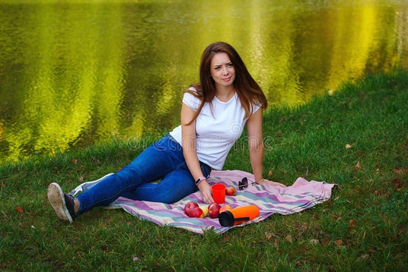 由湖的可爱的女孩 野餐 免版税库存照片