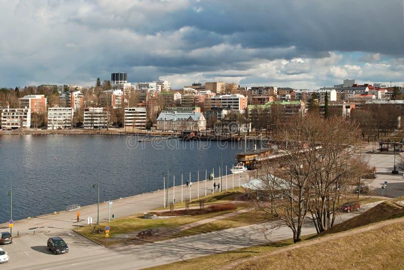 由湖的城市 库存照片