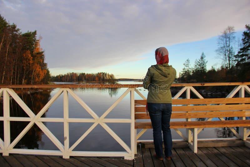 由湖的女孩 免版税库存照片