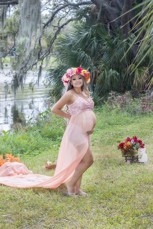 由湖的孕妇 库存图片