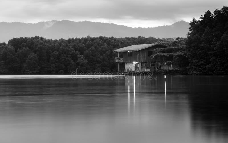 由湖的小屋婆罗洲的 免版税图库摄影