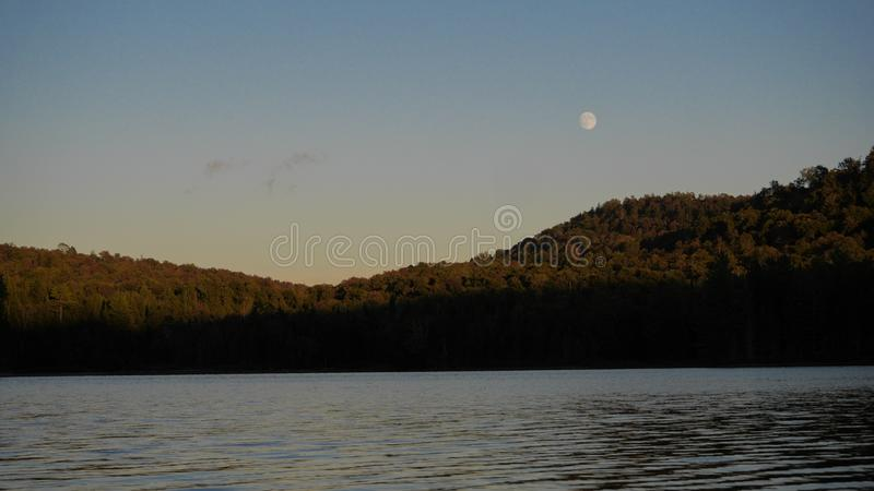 由湖的月亮 免版税图库摄影