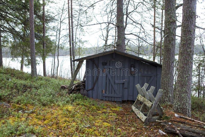 由湖的老棚子 库存照片