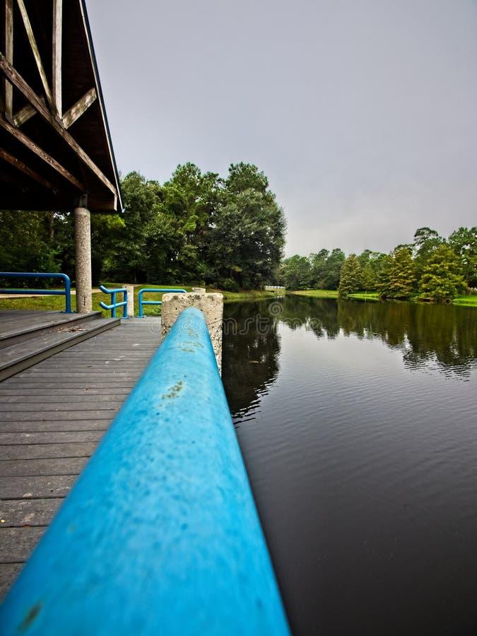 由湖的蓝色仔猪栏 免版税库存图片