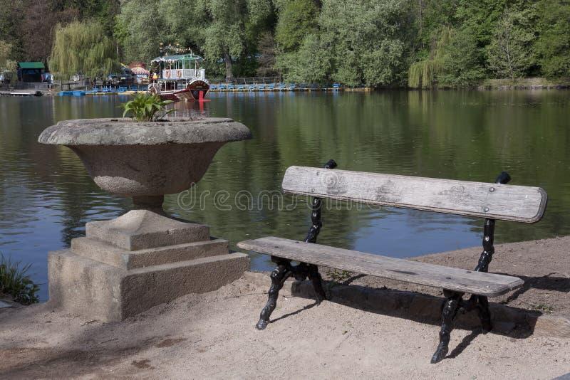 由湖的长凳 库存图片