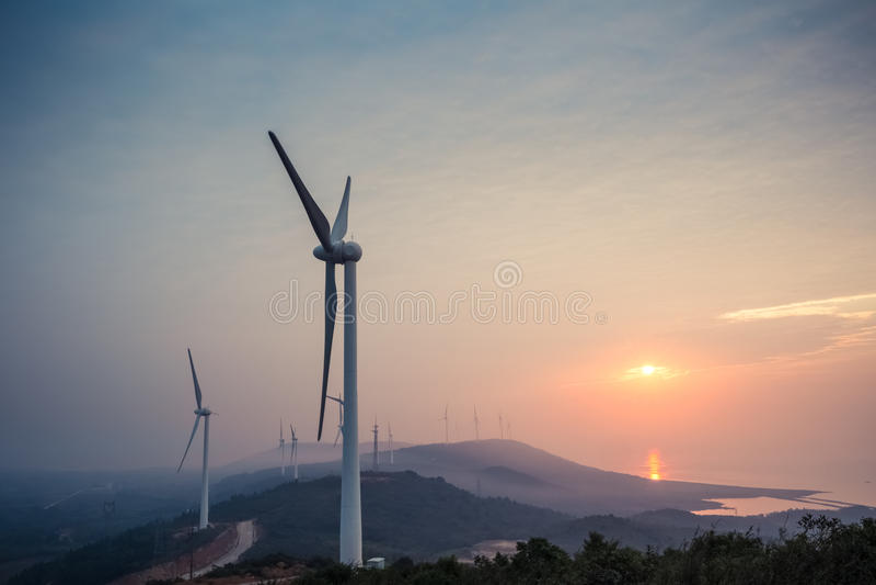 由湖的风力场日出的 免版税库存照片
