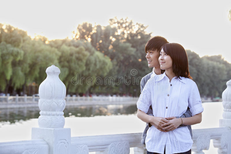 由湖的年轻夫妇在北京 库存照片