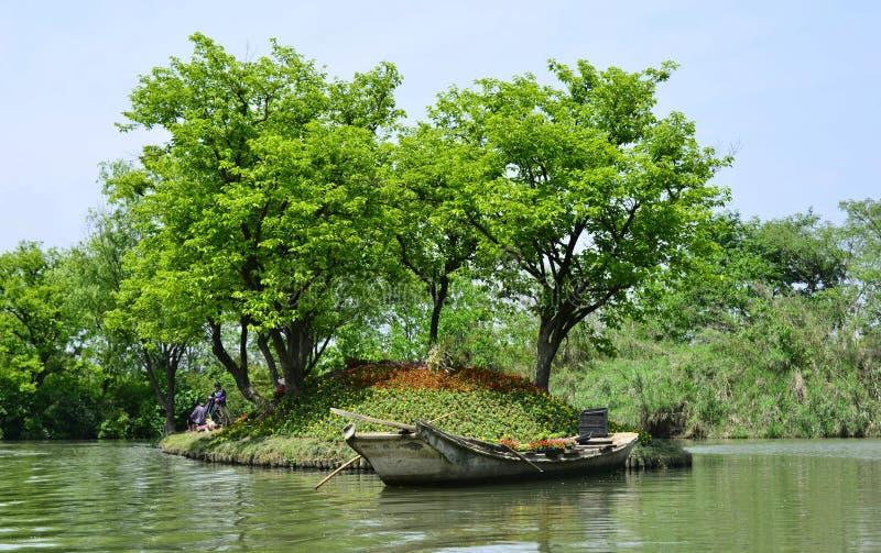 由湖的水泥小船 库存照片