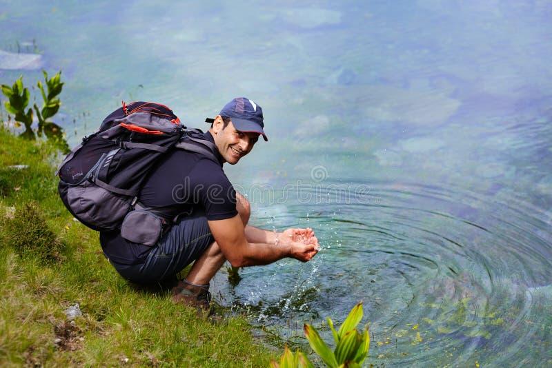 由湖边的远足者 免版税库存照片