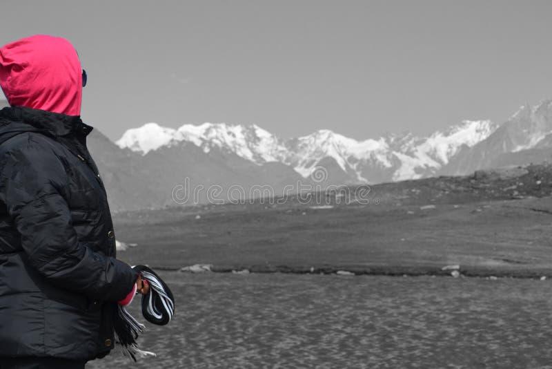 由湖, Leh拉达克,印度的远足者 库存图片