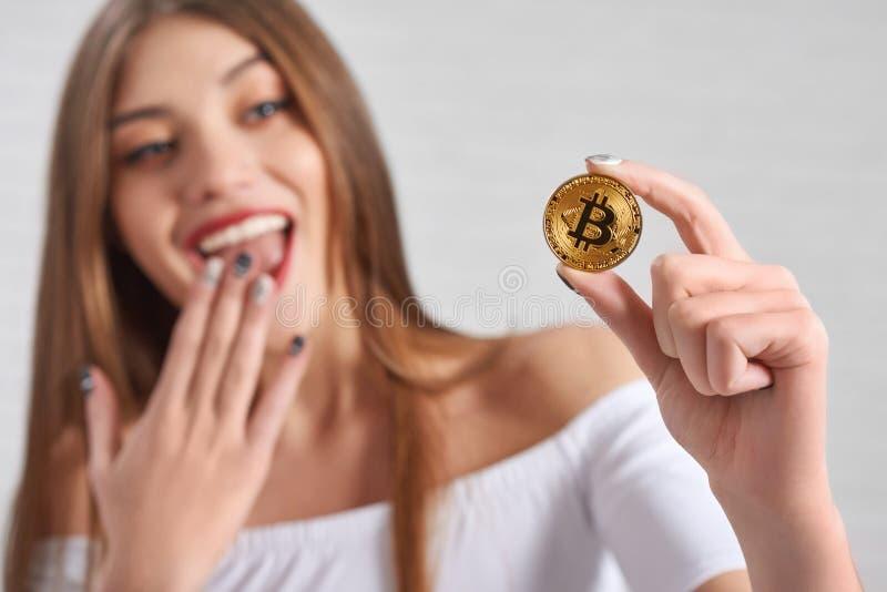 由激动的相当女性模型的Bitcoin举行 图库摄影
