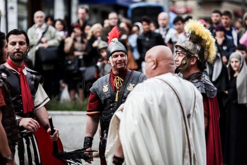 由激情基督-戏曲、耶稣基督酷刑和在十字架上钉死的演员的戏剧化由罗马的 库存图片