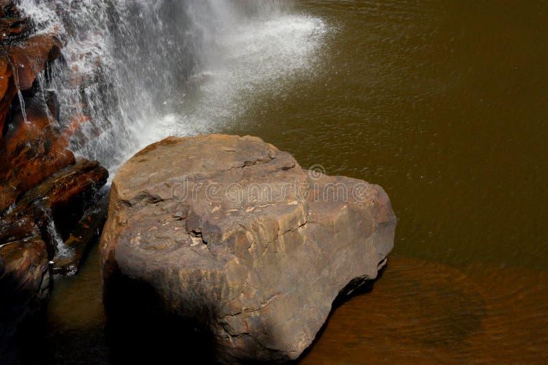 由瀑布的岩石 库存图片
