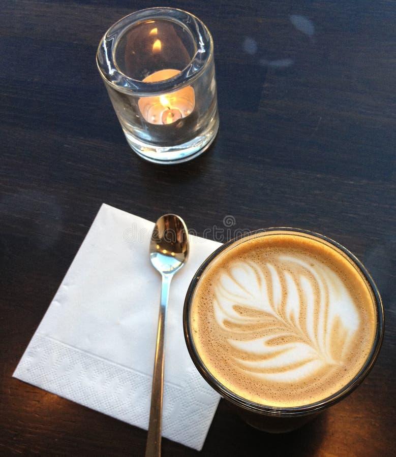 由烛光的浓咖啡 免版税库存图片