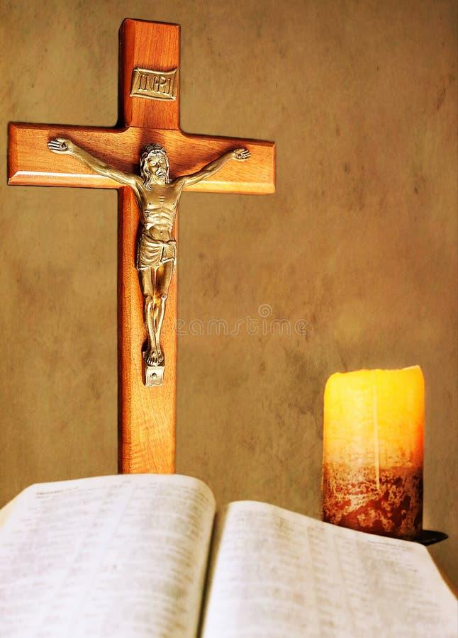 由烛光的热爱与耶稣受难象和圣经 免版税库存图片
