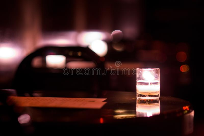 由烛光的饮料 库存图片