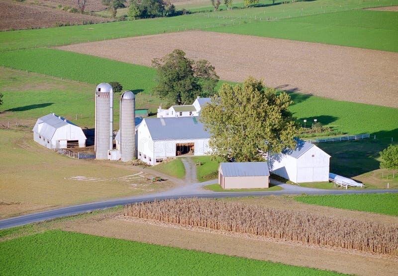 由热空气气球的门诺派中的严紧派的农场 免版税图库摄影