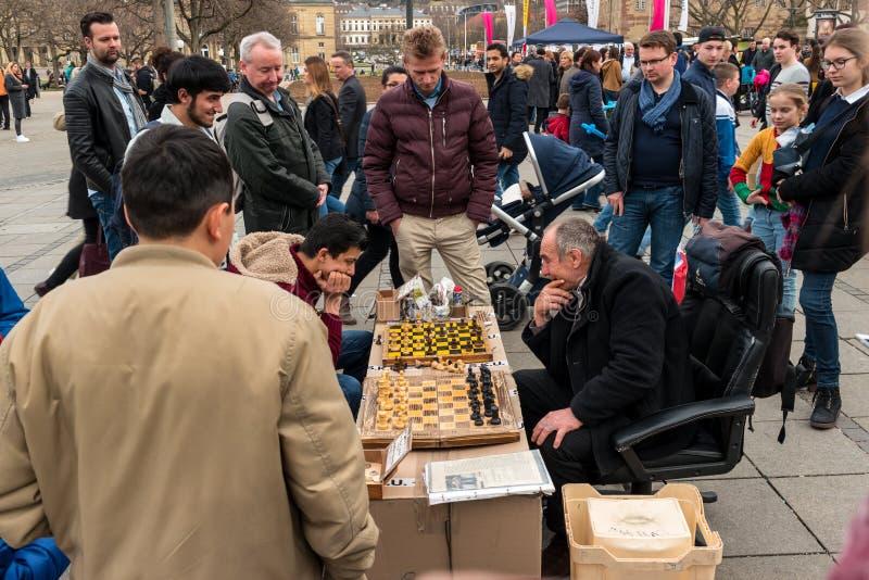 由爱好者的公开下棋比赛在Koenigstrasse Street国王中央历史街道上  库存图片