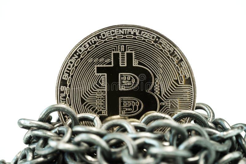 由物理Bitcoin硬币的Blockchain概念在金属柴顶部 免版税库存图片