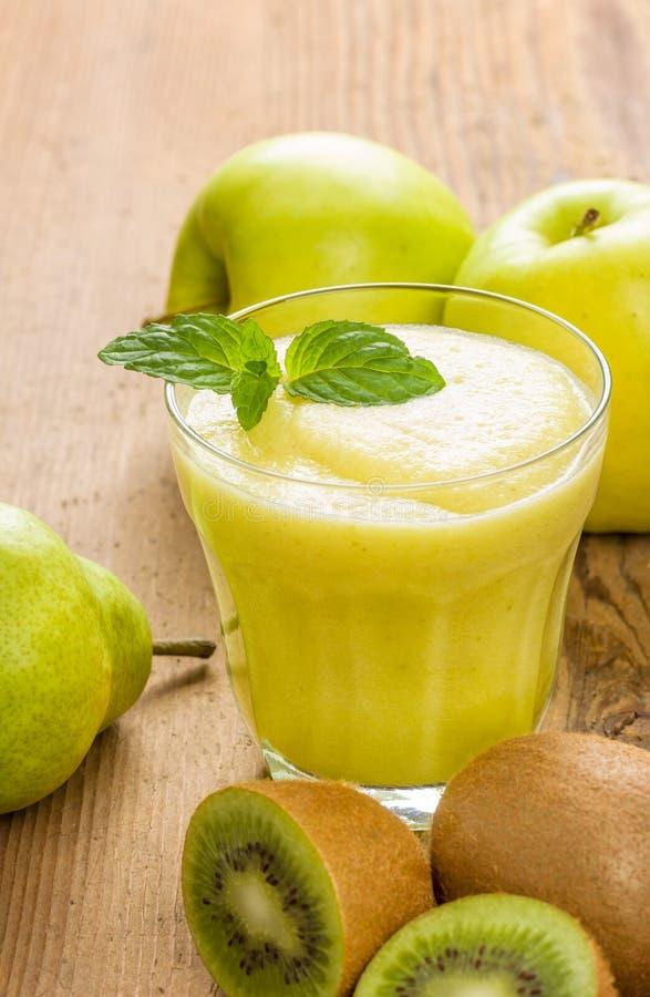 由猕猴桃、梨和苹果做的圆滑的人 库存照片