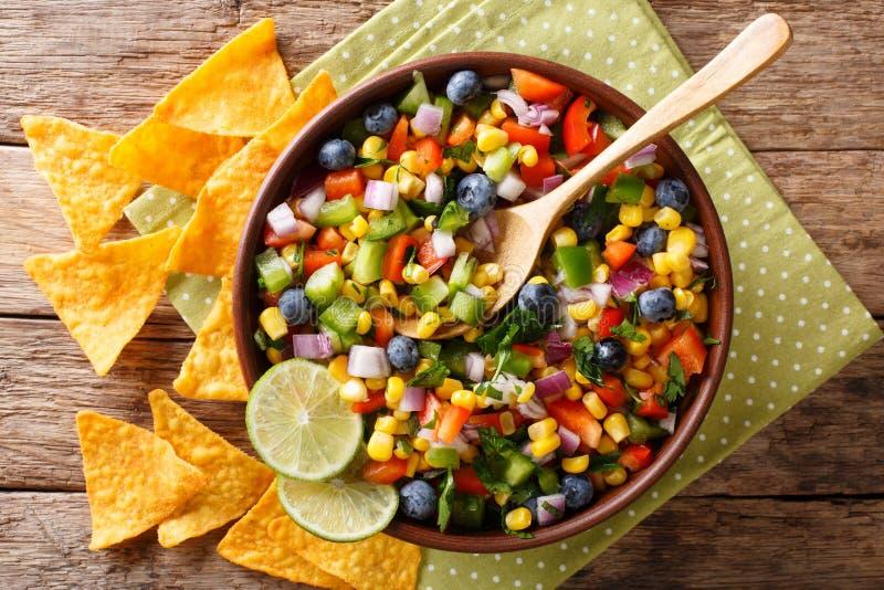 由玉米、蓝莓、胡椒和葱serv做的辣调味汁沙拉 图库摄影