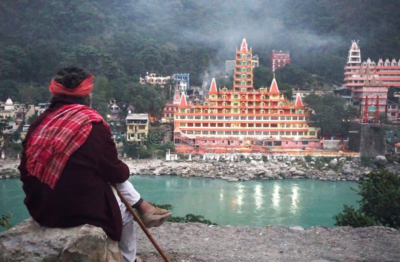由甘加河的边的印度寺庙在Himalaia 免版税库存照片