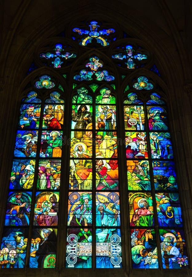 由画家阿尔丰斯・慕夏的五颜六色的污迹玻璃窗圣的v 库存照片