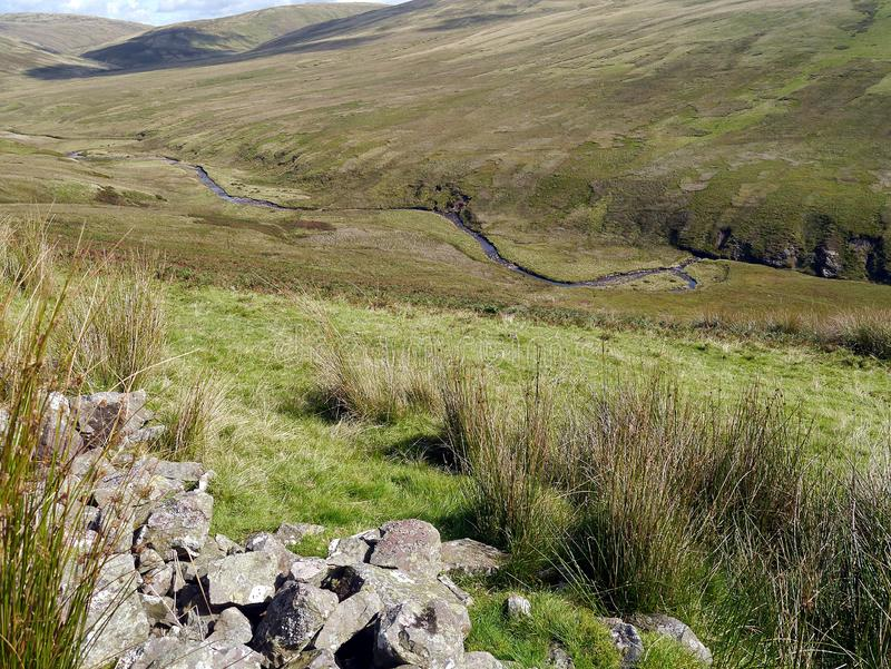 由看下来对河阔德的丛和残破的墙壁 免版税库存图片