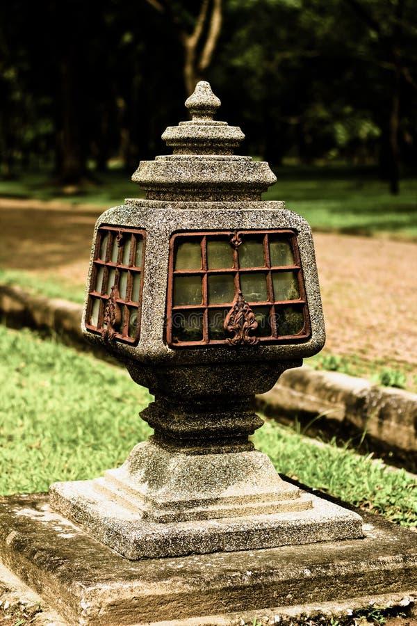 由石头做的落地灯在庭院里 免版税库存照片