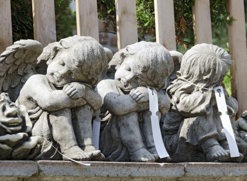 由石头做的三个小的天使 免版税库存照片