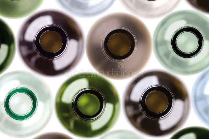 由空的酒botles做的背景。 库存图片