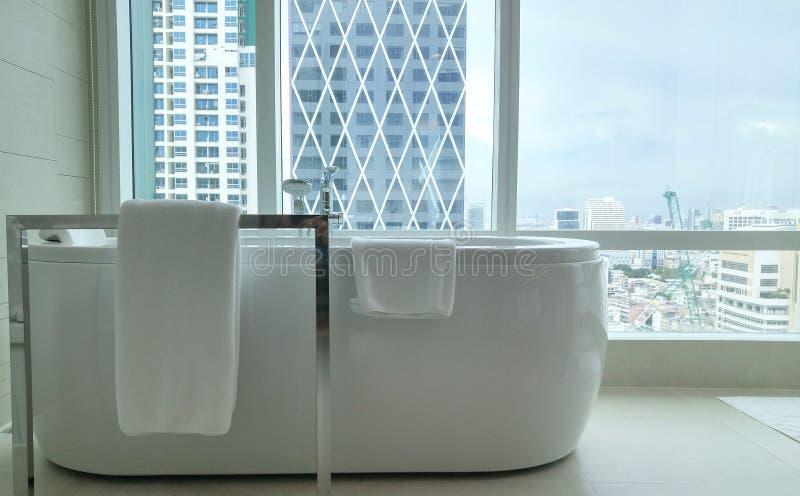 由窗口的浴缸有城市视图 图库摄影