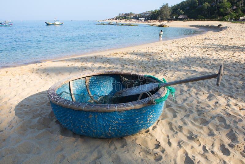由竹子和木头做的圆的渔船在海滩 免版税库存照片