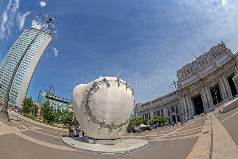 由米开朗基罗Pistoletto,米尔雕刻再重新完整的苹果计算机 免版税库存照片