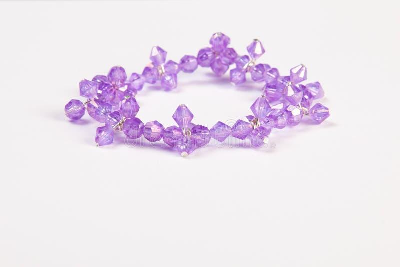 由紫色水晶做的手工制造镯子 库存图片
