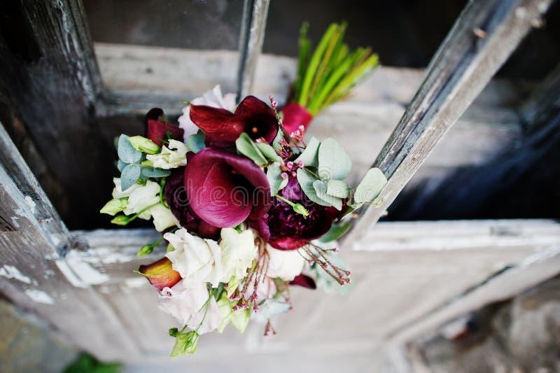 由紫色水芋属lilie做的婚礼花束的特写镜头照片 免版税库存照片