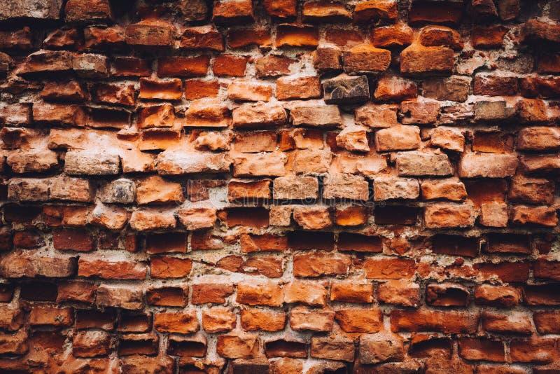 由红砖做的老损坏的墙壁 库存照片