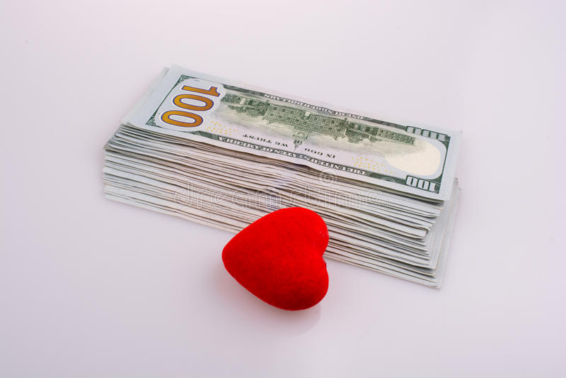 由红颜色心脏的边的美国美元钞票塑造 库存照片
