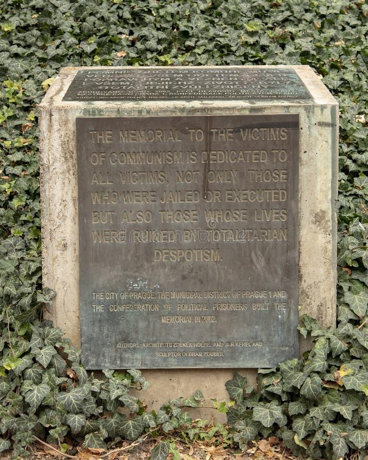 由纪念品的青铜色的牌对共产主义,布拉格,捷克的受害者 库存图片