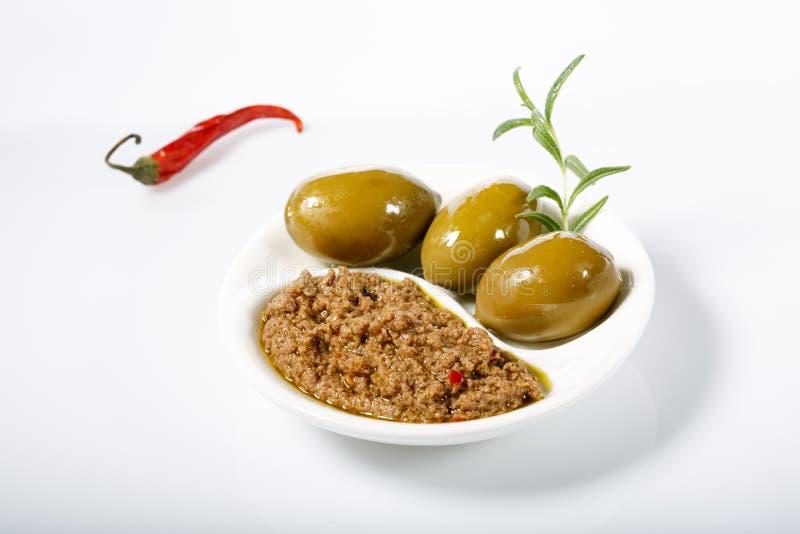 由绿橄榄和炽热辣椒做的橄榄凤尾鱼汤–辣橄榄色的浆糊 库存图片