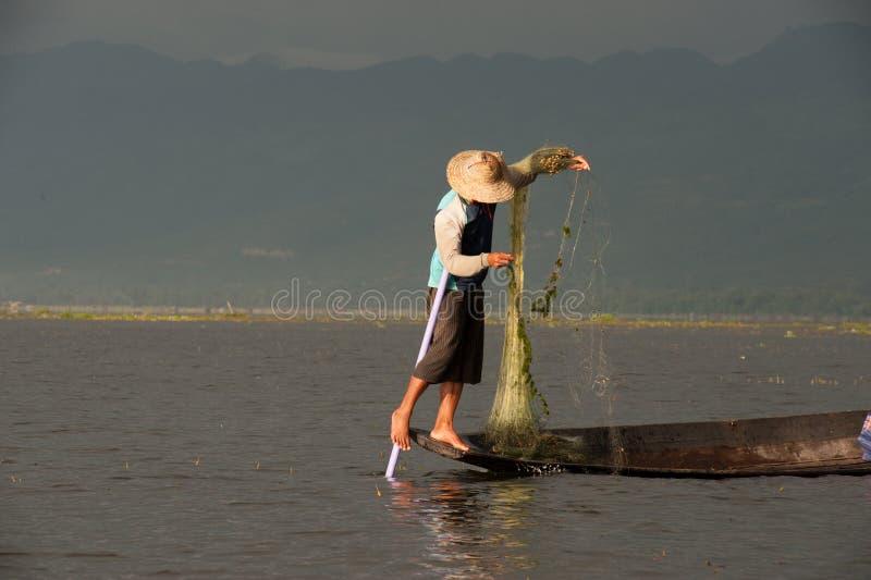 由网的传统渔在Inle湖,缅甸 图库摄影