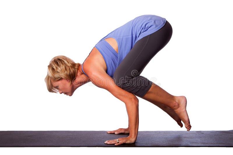 由美丽的妇女的瑜伽手倒立 库存照片