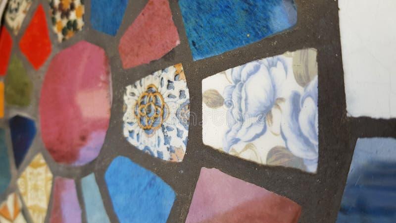 由老瓷砖参差不齐的片断做的减速火箭的样式马赛克  图库摄影