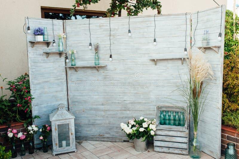 由老针对的子线板木头做的土气和葡萄酒婚礼背景想法 库存图片